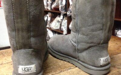 Scarponcini in montone grigio, marca Hugg, anni 2010.
