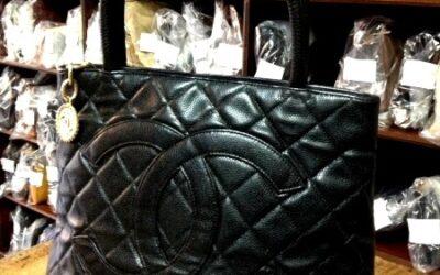 Borsa in pelle nera, mod. Medaillon, marca Chanel, anni '90.