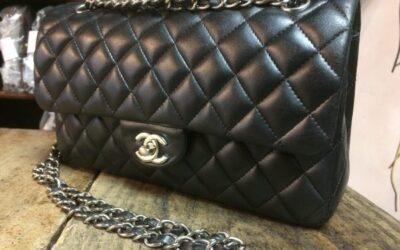 Borsa in pelle nera, marca Chanel, anni 2000.